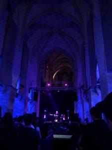 Abgedunkelte Minoritenkirche in Krems Stein die als Location für das #donaufestival dient