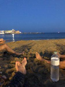 Füße im Sand am Strand